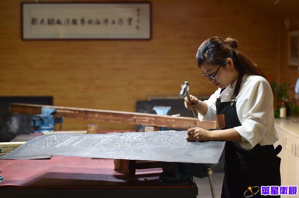 """8月19日,在石家庄市""""郭氏铁板浮雕""""工作室,郭墨涵制作铁板浮雕作品。"""