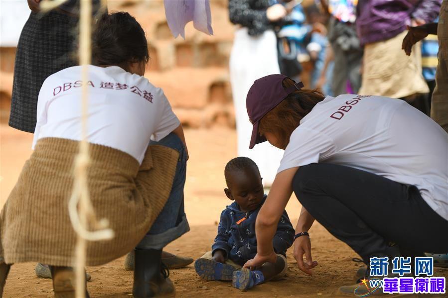 """(国际·图文互动)(4)非洲贫民窟里的中国""""造梦者"""""""