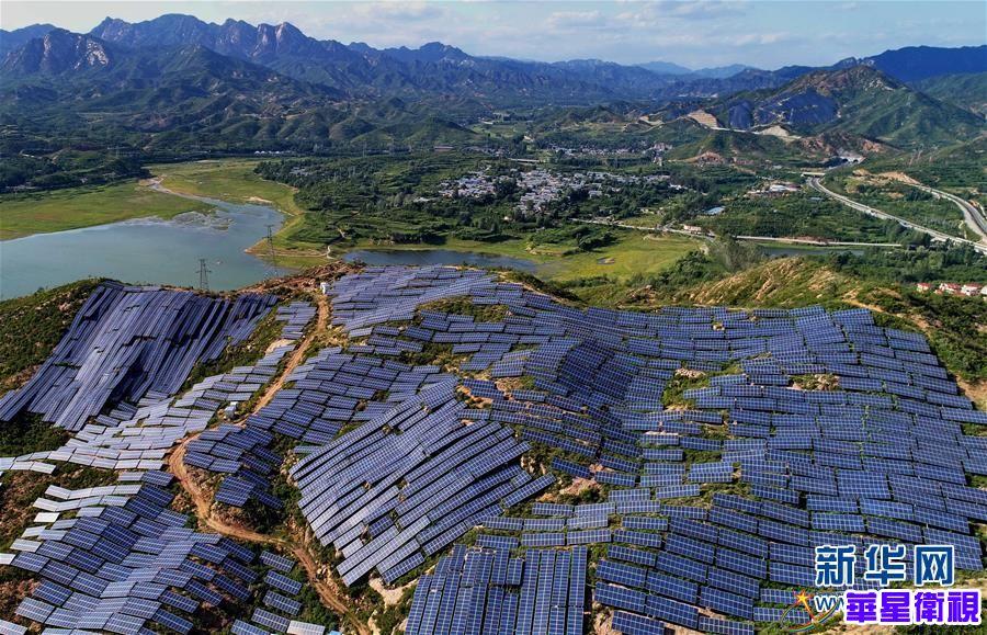 这是8月28日无人机拍摄的平山县岗南镇李家庄村附近的光伏发电站。