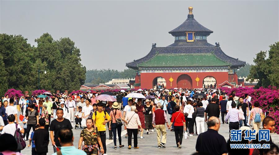 (社会)(2)北京:天坛公园游人如织