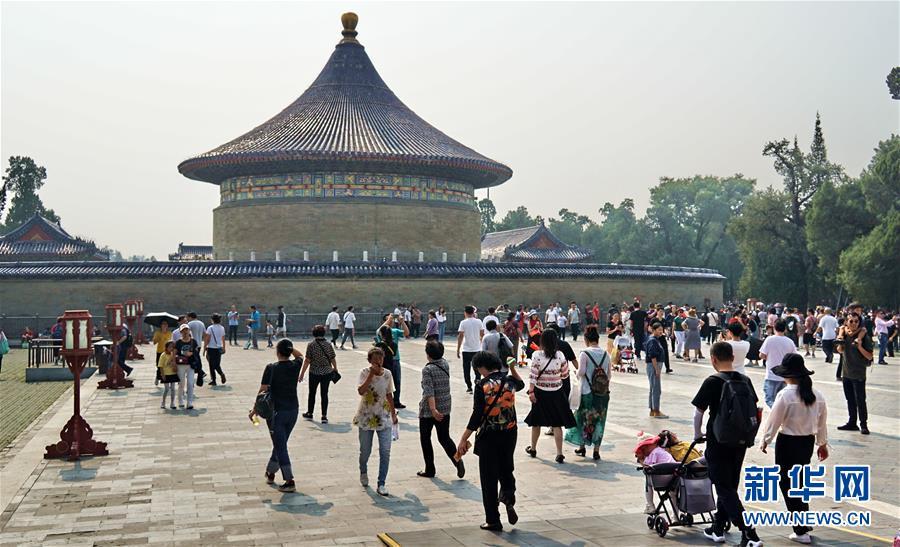 (社会)(5)北京:天坛公园游人如织