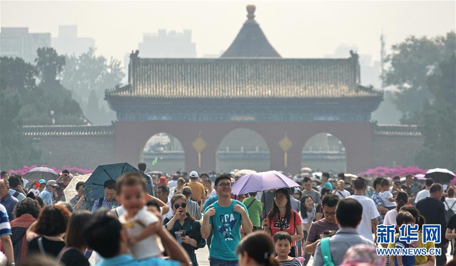 (社会)(4)北京:天坛公园游人如织