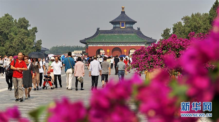 (社会)(6)北京:天坛公园游人如织