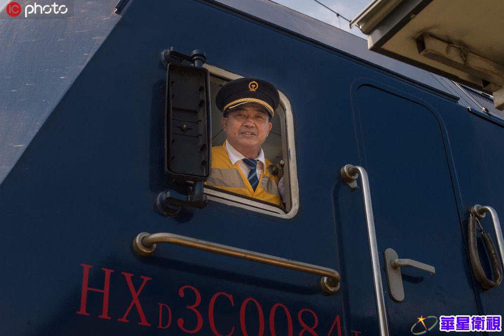 火车老司机退休 安全行车190万公里相当于绕地球47圈【3】