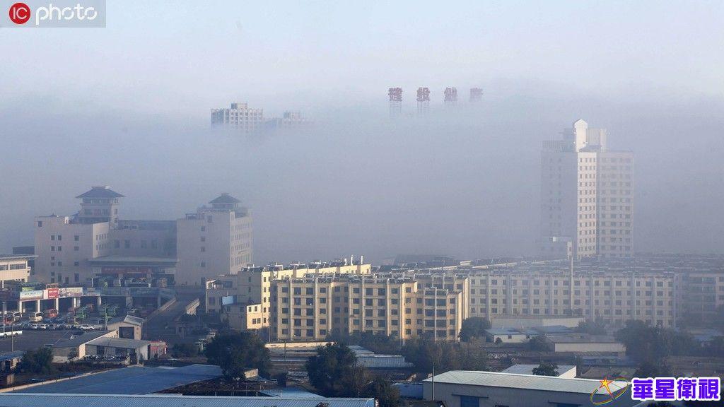 甘肃武威出现大雾天气 建筑物飘渺如海市蜃楼