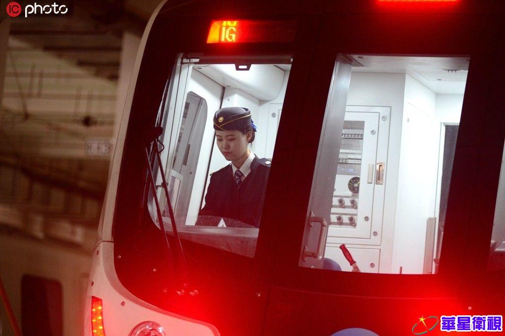 实拍90后兰州地铁女司机 经历7年培训每天4点半起床