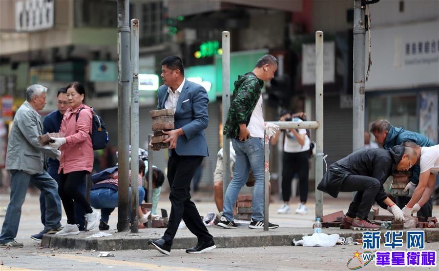 """无惧暴力威胁,携手恢复秩序""""——香港市民清晨自发清理路障"""