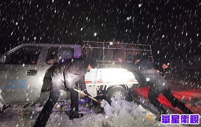 新疆阿勒泰:民警顶风冒雪救助受困群众