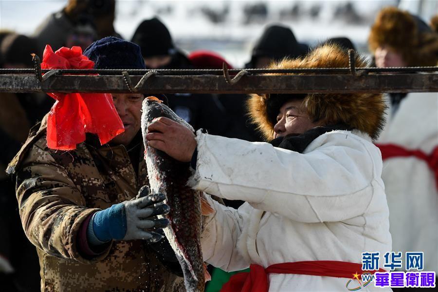 内蒙古雪原上的冬捕