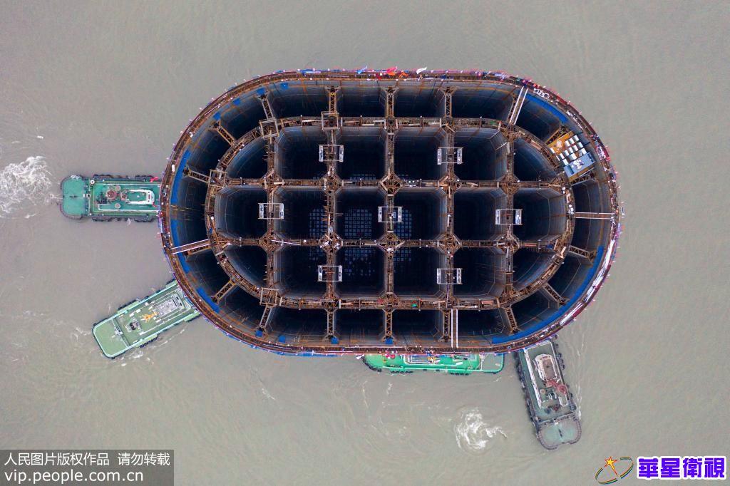世界最大钢沉井出坞