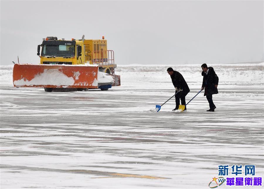 陕西延安:机场除雪保出行