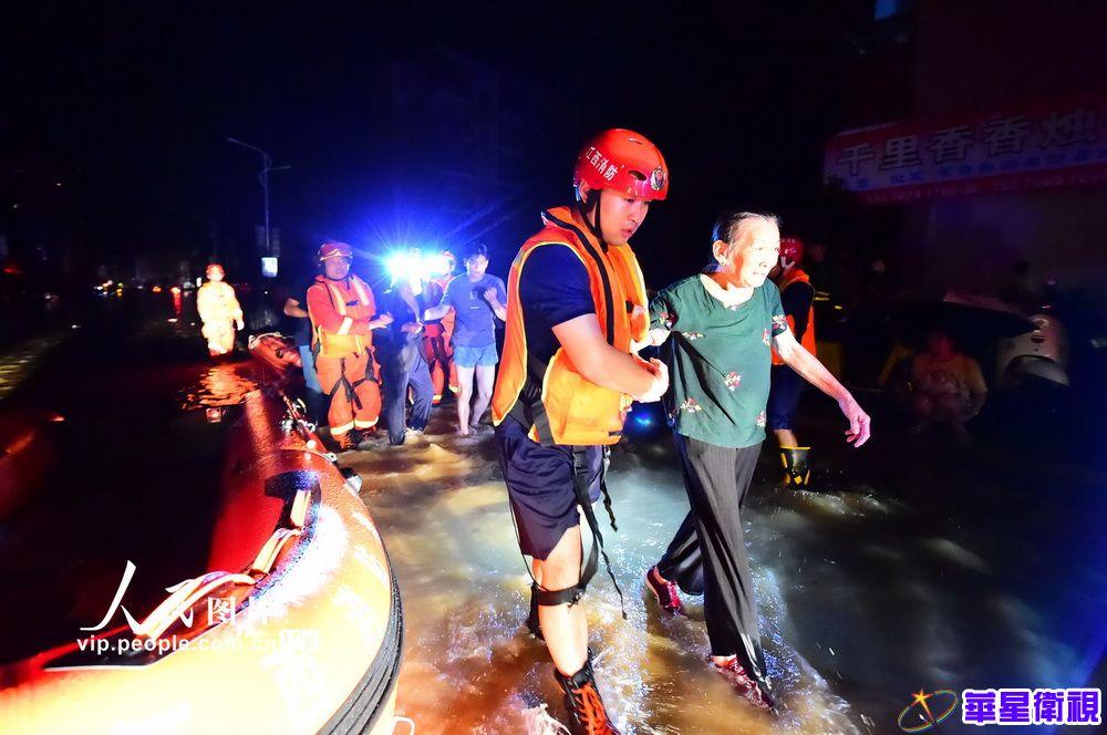 江西会昌:暴雨侵袭导致内涝 消防员紧急转移被困群众
