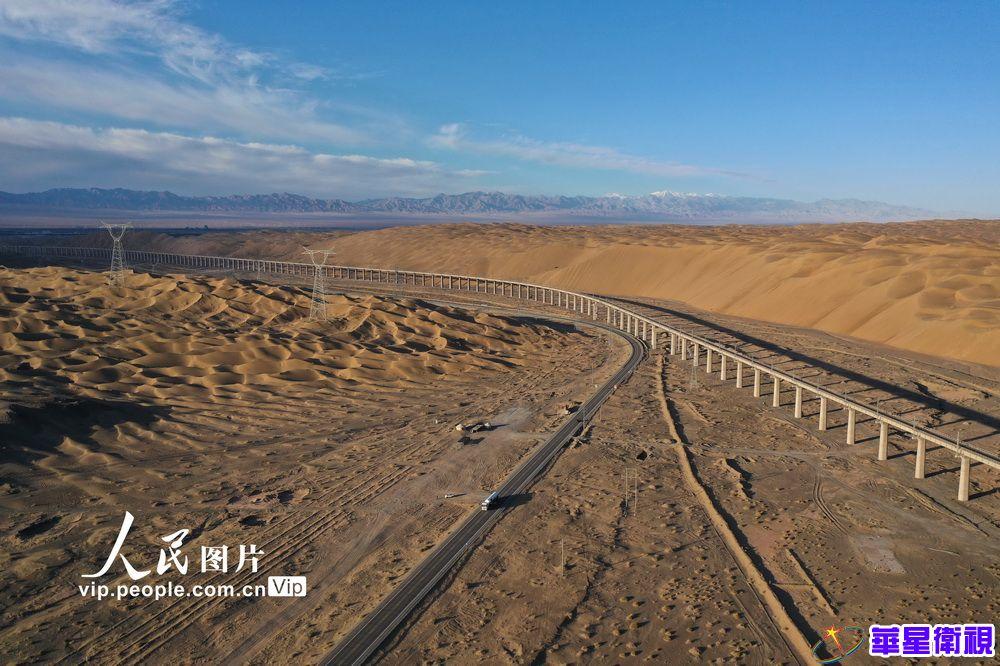 甘肃酒泉:大漠深处路弯弯