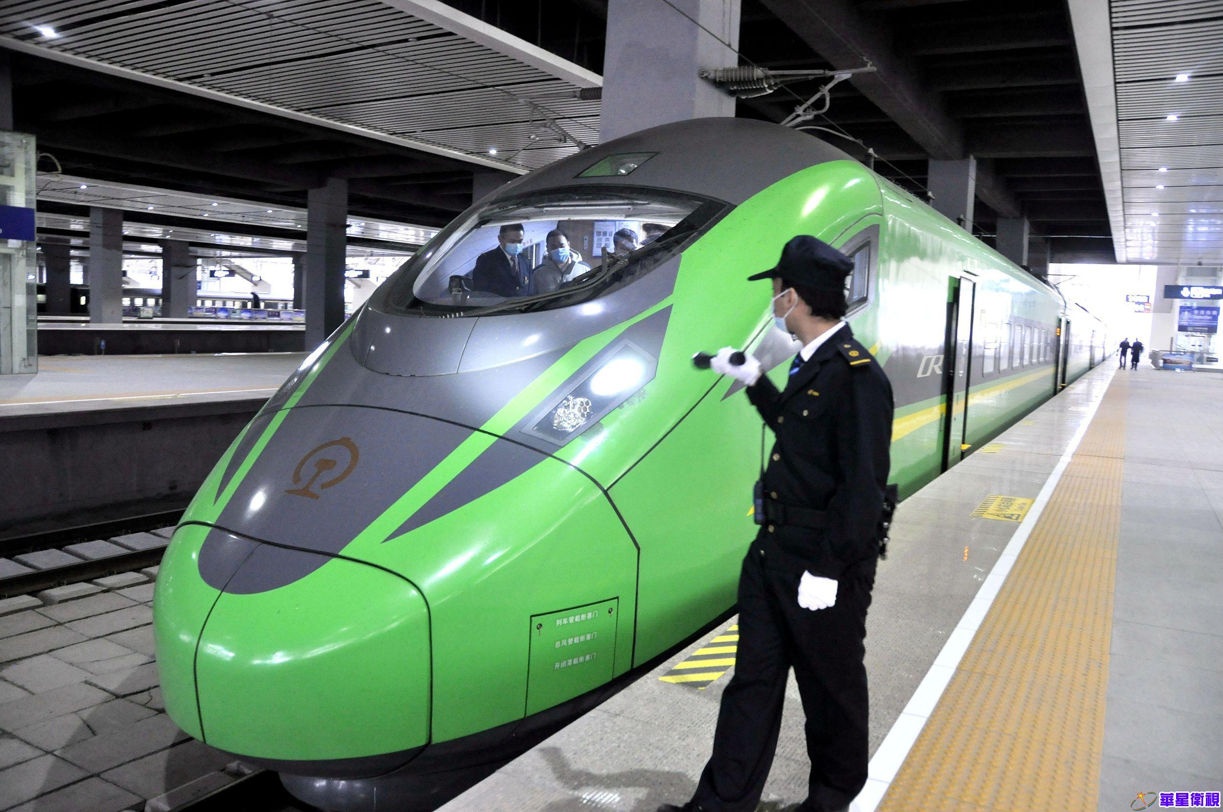"""""""绿巨人""""动车西宁至重庆北迎来首趟运行"""