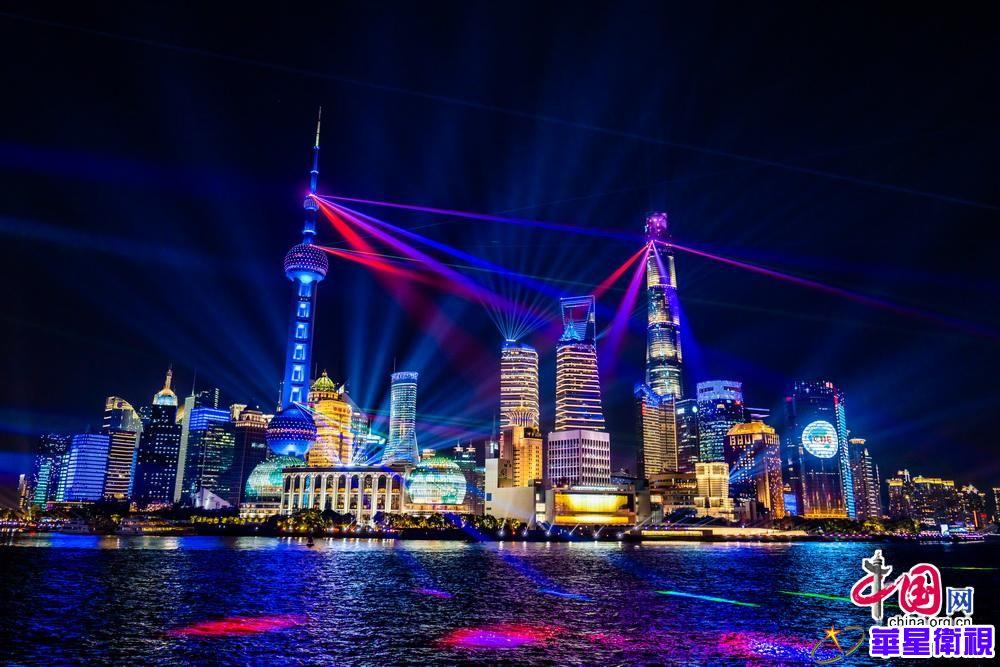 灯光音乐装扮黄浦江畔 进博会主题光影秀展示上海城市魅力