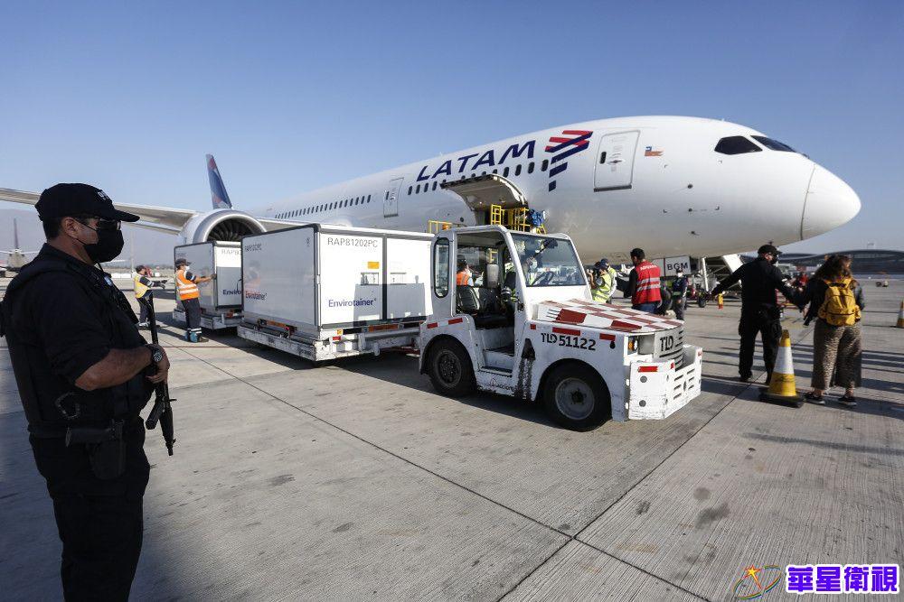 2月26日,在智利圣地亚哥国际机场,工作人员转运中国科兴公司生产的新冠疫苗。新华社发