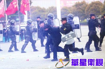 郑州警方实战练兵 这场面太硬核