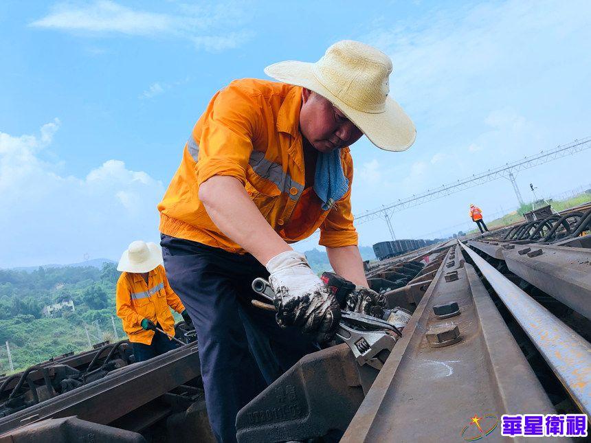 """重庆:高温""""烤""""验下的铁路人"""