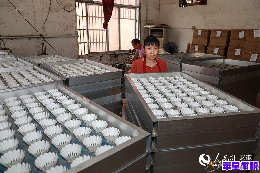 """安徽舒城干汊河镇:每年6000万只羽毛球由此""""飞""""向全球"""